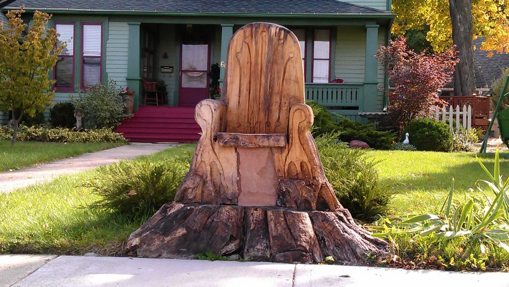 Throne like the game of throne's one in your garden made of tree stump